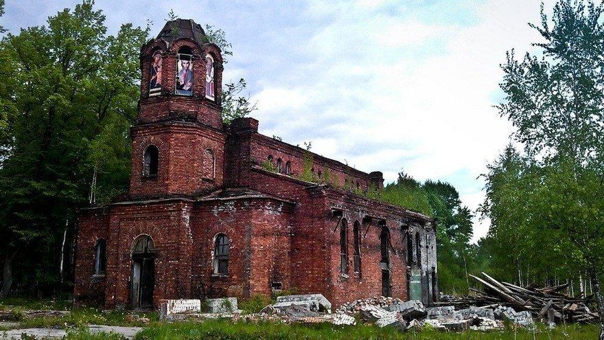 Церковь Троицы Живоначальной в Ломоносове