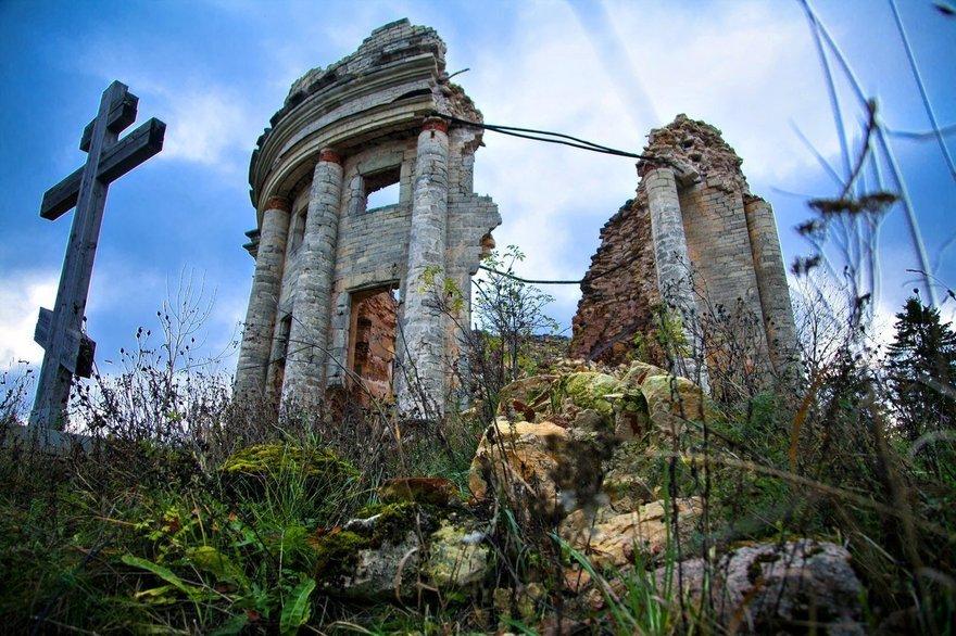 Развалины церкви Пресвятой Троицы в Елизаветино