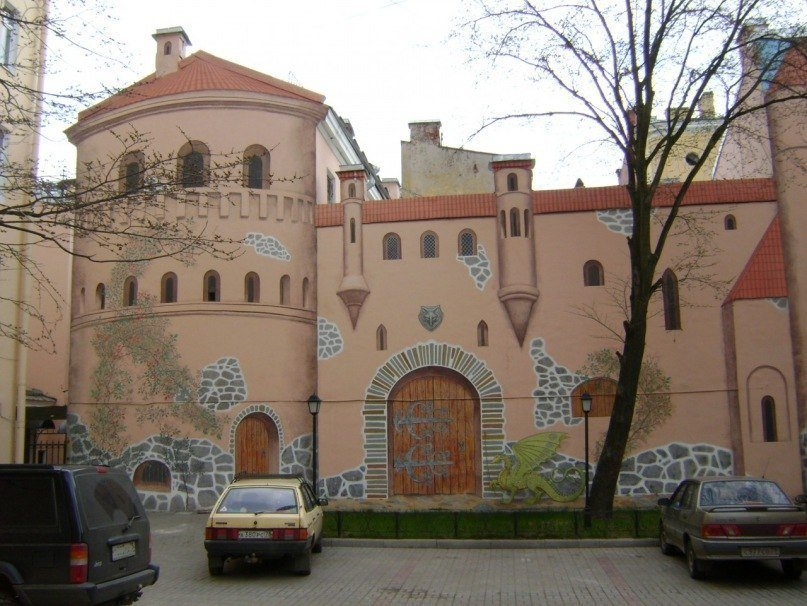 Двор с замком