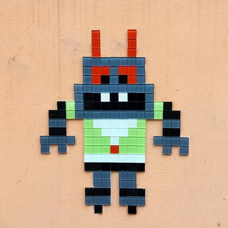 В  Петербурге неизвестный уличный художник рисует пиксель-арты на стенах