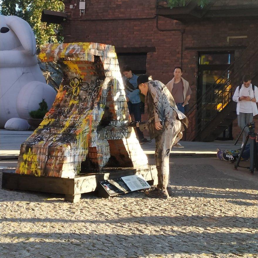 Покрас Лампас разрисовал огромную букву из исторической кириллицы ...