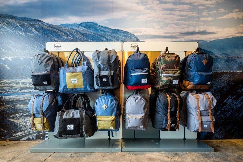 1af0d693783e За последние несколько лет популярность бренда Herschel в России сильно  выросла - сумки и рюкзаки фирмы обрели толпы почитателей благодаря своему  ...