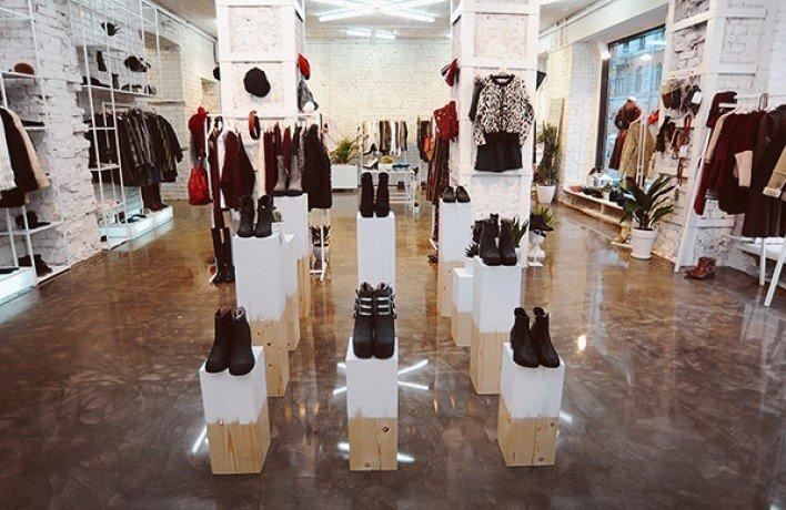 240e9a5e1 Здесь представлена женская одежда, обувь и аксессуары европейских,  российских и азиатских марок. В магазине безотлучно работают  профессиональные стилисты, ...