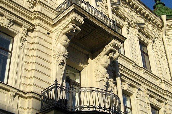 7 самых красивых скульптур на крышах и фасадах петербургских.