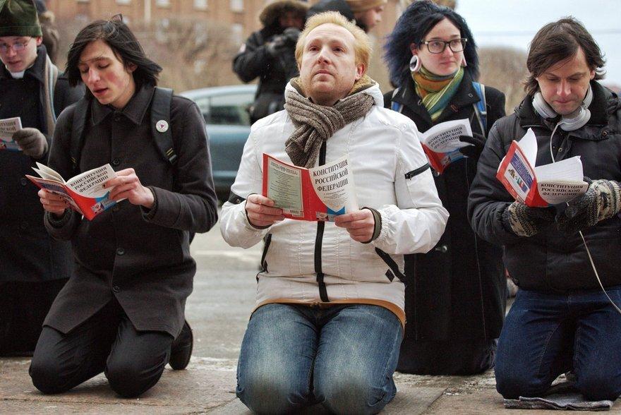 А в России самые смелые и непокорные протестуют стоя на коленях...не то,что покорные румыны