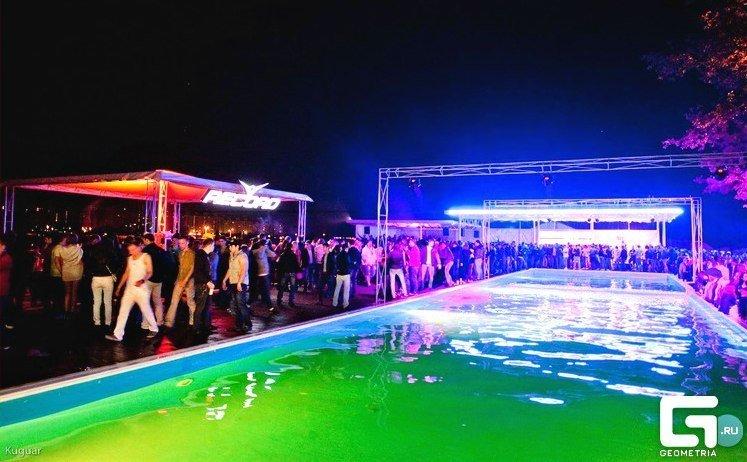 Ночной клуб у бассейна ночные клубы для тех кому 30